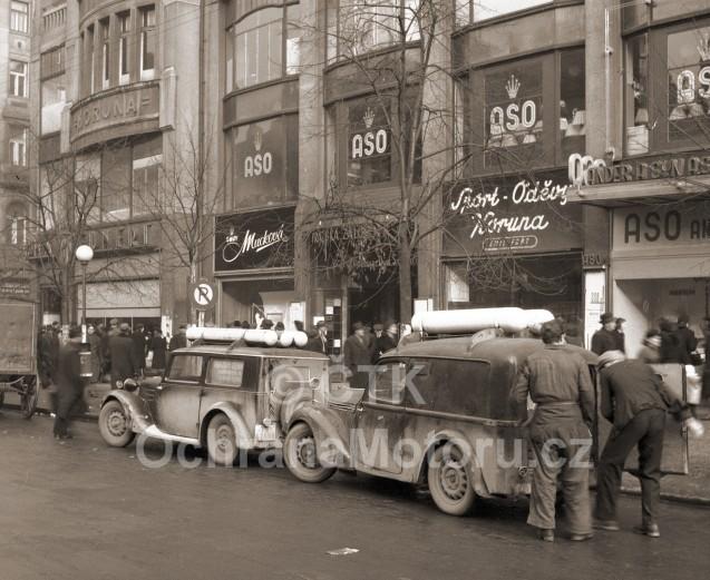 dva staré automobily na Václavském náměstí v Praze roku 1945